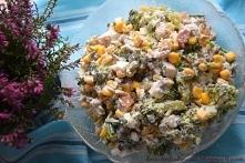 Sałatka z brokułem, prażonym słonecznikiem, wędzonym kurczakiem, fetą, kukury...