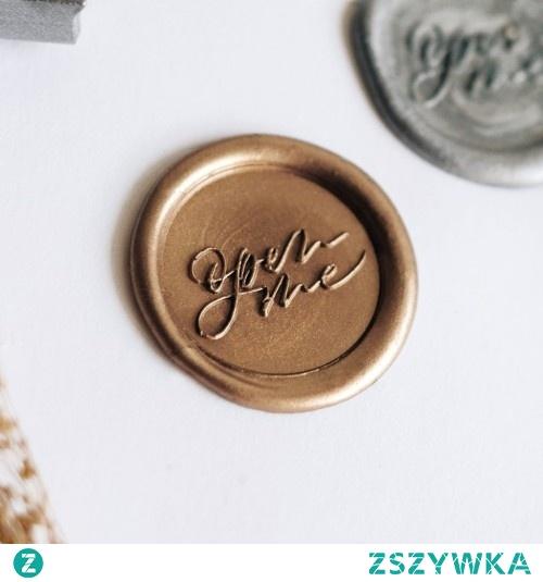 Zestaw Open Me Stamptitude to idealny pomysł na prezent dla osoby, która pasjonuje sie oryginalnymi zdobieniami papierniczymi. Tradycyjne narzędzia w nowym wydaniu pomogą w uzyskaniu zupełnie nowych efektów!
