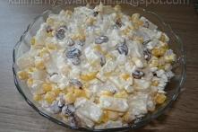 Sałatka z serkiem wiejskim, kukurydzą i ananasem