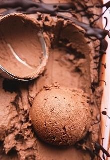 Lody czekoladowe z batata  Czas przygotowania: powyżej godziny  Składniki na litrowe pudełko po lodach:  200 g batata, upieczonego / 1/2 batata 1 puszka mleczka kokosowego / 400...