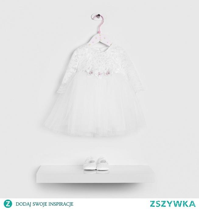 Sukienka z koronką prezentuje się doskonale na każdej kobiecie - także tej najmniejszej. Taki strój doskonale nada się na wyjątkową okazję, jaką jest chrzest!