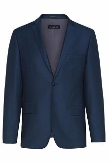 Elegancki garnitur utrzymany w granatowym odcieniu. Wykonany w 70% z najwyższej jakości wełny. Domieszka włókien syntetycznych wpływa korzystnie na komfort użytkowania. Marynark...