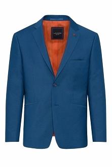 Elegancki garnitur o delikatnej fakturze, utrzymany w niebieskiej tonacji. Wykonany z przyjemnej w dotyku tkaniny. Marynarka o kroju slim, posiada z tyłu dwa rozcięcia. Model z ...