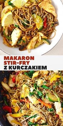 Makaron stir fry z kurczakiem i warzywami w sosie sojowym. Gryczany makaron s...