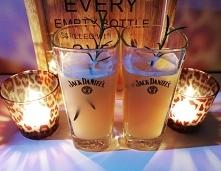 sok jabłkowy, gałązka rozmarynu, whisky i syrop z imbiru drink petarda!