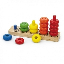 Drewniana zabawka edukacyjna, dzięki której dziecko zrobi pierwsze kroki w nauce liczenia. Na drewnianej podstawie znajdują się słupki opisane liczbami, na które należy nałożyć ...
