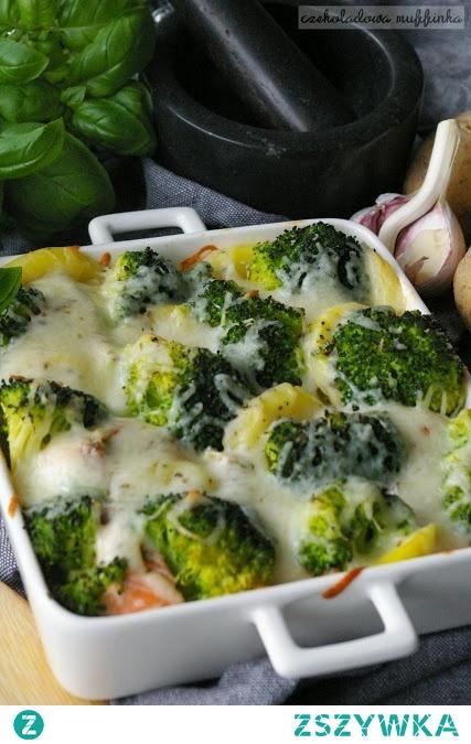 Zapiekanka ziemniaczana z łososiem i brokułami.