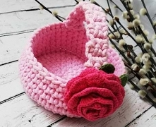 Malutki koszyczek ozdobiony szydełkowym kwiatem. Idealny dla dziecka na symboliczną święconkę lub jako koszyk do przechowywania drobiazgów. Wykonany ręcznie.  Wielkość: średnica...