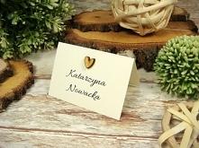 styl rustykalny - winietka z naklejonym drewnianym serduszkiem, w dodatku prosta i elegancka forma