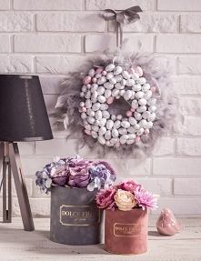 Na zdjęciu nasze flower boxy wykonane ze sztucznych kwiatów oraz wielkanocny wianek.   Zdjęcie i aranżacja- Adrian Larisz, Ania Traczuk