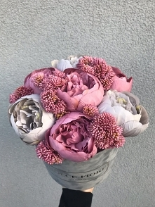 Flower box wykonany ze sztucznych kwiatów