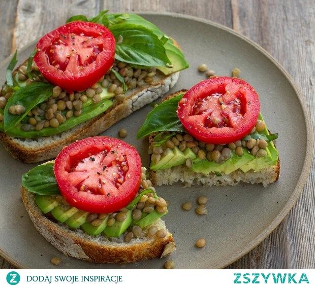 Kanapeczka i energia. Soczewica, avocado, bazylia, pomidor.