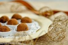 Trufle z ciemnej czekolady z migdałami Składniki (30-35 szt): 250 ml śmietany 12% lub 18% 3 tabliczki gorzkiej czekolady min. 65% kakao (270-300g) 50g masła kilka kropel olejku ...