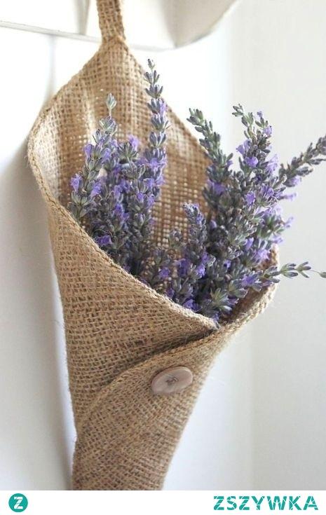 Kwiaty lawendy można włożyć do płòciennego lub lnianego woreczka i trzymać przy poduszce, pomogą spokojnie przespać noc. Przy okazji odstrasza komary i mole. Ozdoba w domu i zapach natury.