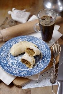 Piecuchy z karmelizowaną cebulką Piecuchy z cebulą   nadzienie  2 duże cebule  olej i łyżka masła do smażenia  ząbek czosnku  sól i pieprz   opakowanie  można użyć dowolnego prz...