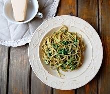 Spaghetti ze szpinakiem i kozim serem Składniki na 2 porcje:  200g pełnoziarnistego spaghetti  200g mrożonego szpinaku w liściach  łyżeczka masła  2 ząbki czosnku  1/2 szklanki ...