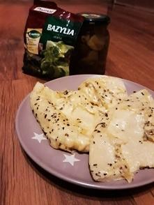Omlet z żółtym serem i bazylią