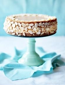 Sernik z masą krówkową Składniki:   95 g ciasteczek*,  35 g rozpuszczonego masła  Ciasteczka zmiksować na pył przy pomocy blendera, dodać roztopione masło i dokładnie ze sobą wy...