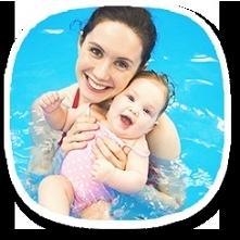 Zajęcia na basenie dla niemowląt i ich rodziców odbywają się na basenie Mali ...