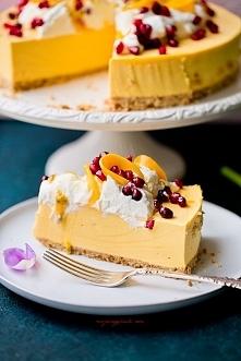 Składniki na spód: 150 g ciastek pełnoziarnistych typu digestive (lub innych zbożowych, owsianych itp.) 40 g masła, roztopionego Ciastka i masło umieścić w malakserze i zmiksowa...