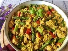 Jednogarnkowy obiad z ryżem, kurczakiem i szparagami.