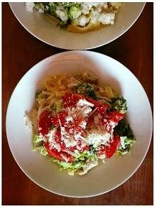 Pyszne tagliatelle z indykiem! <3  Składniki: - pierś z indyka, - makaron tagliatelle, - 1 brokuł, - 2 ząbki czosnku, - 1 duży pomidor, - 100g parmezanu, - sól i pieprz, - mą...