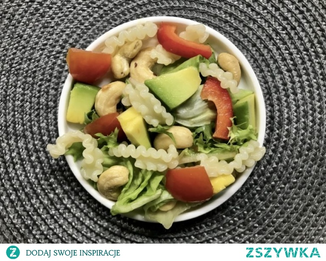 Sałątkaa makaronowa z awokado i orzechami nerkowca jest idealna jako zdrowa przekąska.