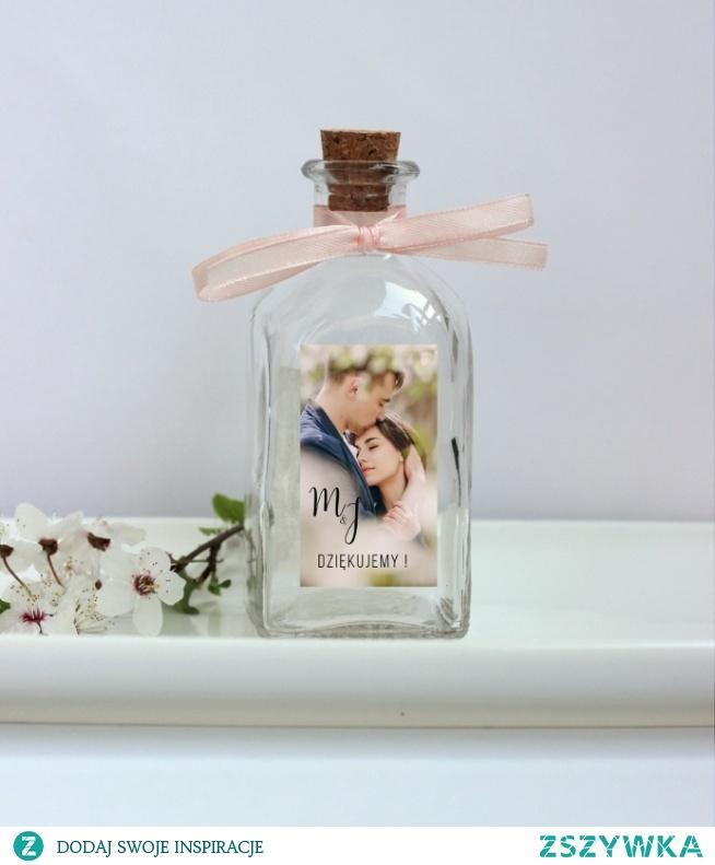 Butelka na nalewki bądź oliwę z dopasowaną etykietką, naklejką będzie niezapomnianym prezentem, upominkiem dla Twoich gości weselnych. BUTELKA Z KORKIEM PODZIĘKOWANIE DLA GOŚCI