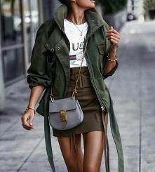 Wiosenna stylizacja ze spódnicą khaki