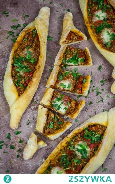 Tureckie pide z wołowiną - turecka pizza.   Kliknij w zdjęcie po przepis