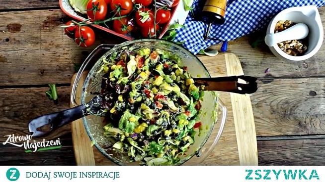 A może by tak kolorową sałatkę na kolację... :) Zapraszam po prosty przepis - kolorowe warzywa i gesty sos z dojrzałego awokado!