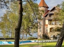 Oto jawi nam się niepowtarzalny i zjawiskowy Stuletni Zamek wprost na plaży. ...