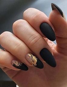 czarne paznokcie ze zlotem