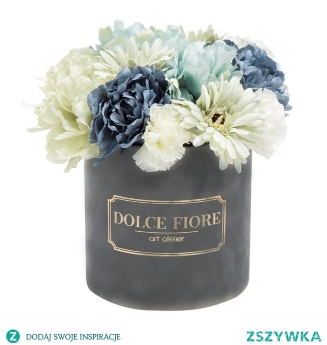 Zamszowy flower box ze sztucznymi kwiatami w odcieniach bieli i błękitu