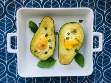 FIT śniadanie - Jajka zapiekane w awokado to bezglutenowe, zdrowy posiłek. Jest proste, przepyszne, dodaje wartości mineralnych oraz energii na cały dzień.