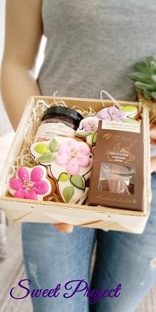 Zestaw ręcznie dekorowanych pierniczków z konfiturą i pitną czekoladą w koszy...