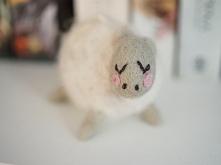 rozmarzona owieczka filcowa