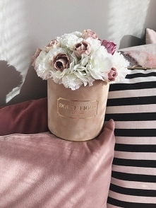 Piekny zamszowy flower box ze sztucznymi goździkami