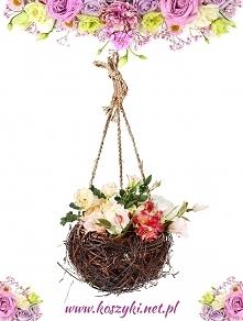 Wisząca kula z brzozy udekorowana kwiatami