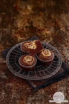 Zakręcone muffiny kakaowe z serem