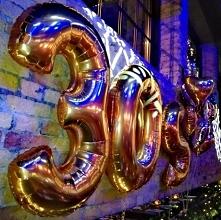 Balony cyfry na urodziny. Tu z okazji 30 rocznicy urodzin. Balony 3 i 0 w kolorze złotym