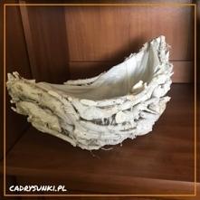 Koszyk wiklinowy pleciony z drewnianych gałązek.