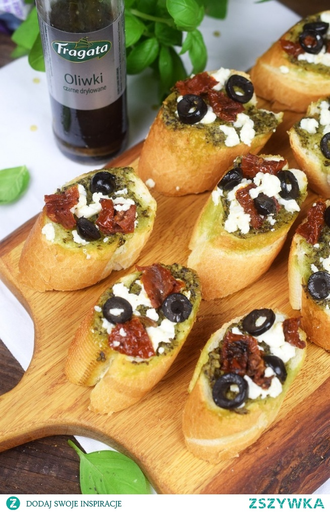 Zapiekana bruschetta z pesto, oliwkami i fetą