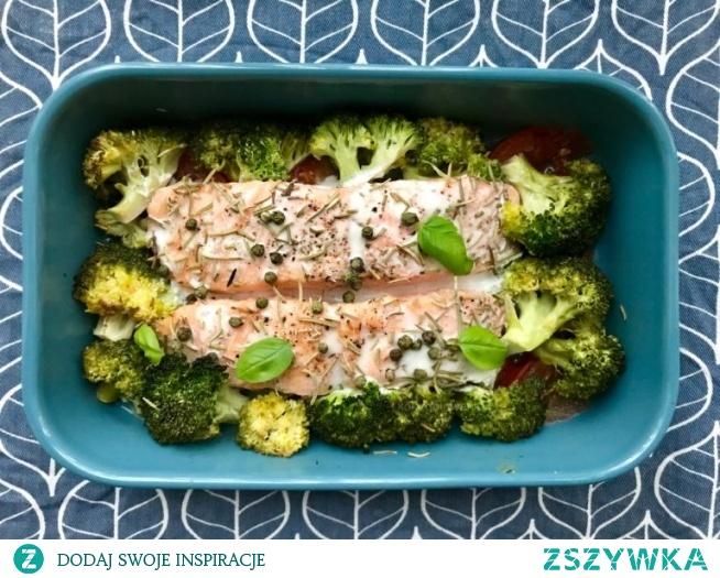 Łosoś pieczony na pomidorach z brokułami to lekki, dietetyczny i bezglutenowy obiad. Jest kolorowy, smaczny oraz zawiera przede wszystkim omega 3 i witaminę D.