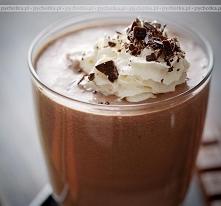 Napój z czekoladowy z lodami i cynamonem
