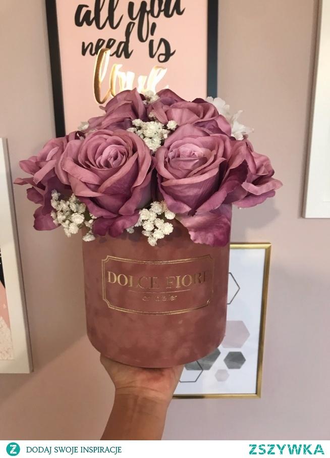 Piękny flower box ze sztucznymi różami i gipsówką. Box- zamszowy