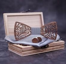 Muszka to świetny zamiennik dla tradycyjnego krawata. Tym bardziej, jeśli mucha wykonana jest z drewna, i w zestawie posiada spinki do koszuli i uroczą poszetkę. Kliknij w zdjęc...