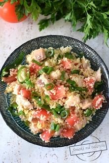 Sałatka z kuskusem, pomidorami i wędzonym pstrągiem