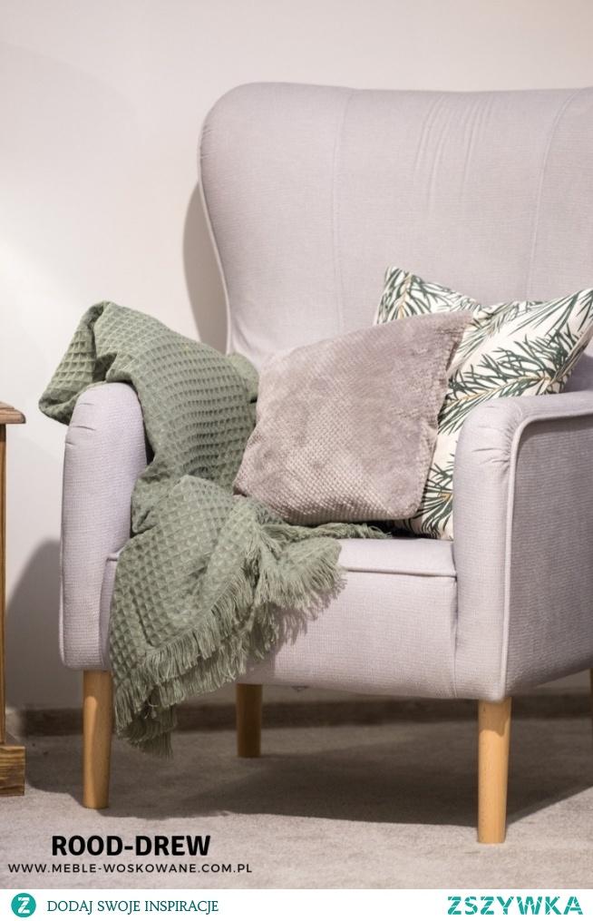 Pudrowy róż! Fotel Uszak oraz przyjemno zielony koc wystarczyły do stworzenia przytulnego i oryginalnego zakątka.