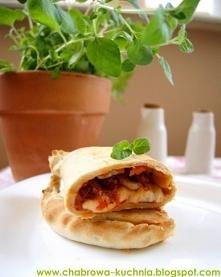 Calzone ze świeżym oregano, suszonymi pomidorami i pieczarkami